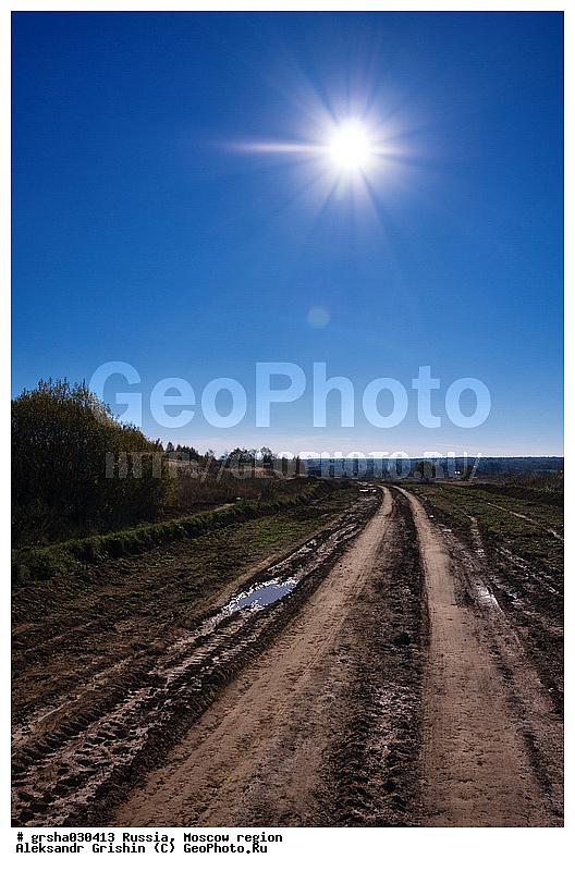 Среднерусский пейзаж, Подмосковье.  Сельская дорога под лучами солнца.