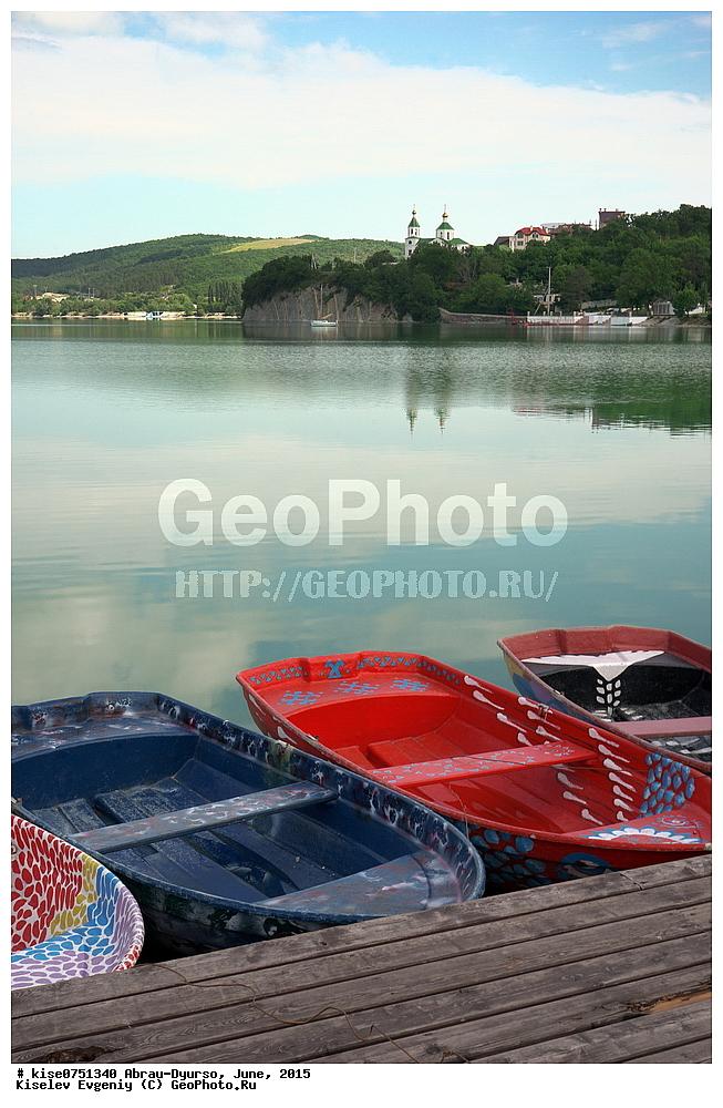 на лодке по озеру абрау