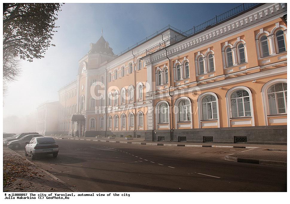 В здании располагались различные учебные заведения, в том числе и школа гуманитарий