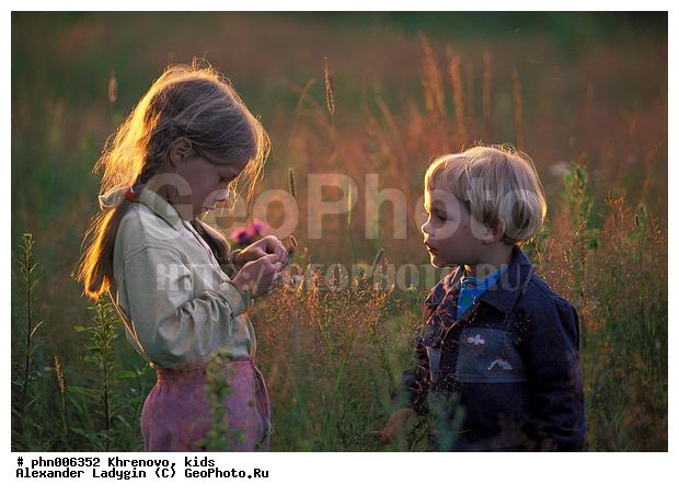 Фотография Лето в деревне , Дети на лугу, вечернее освещение