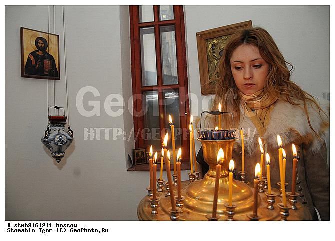 ... ставит свечу в часовне Федора: geophoto.ru/?action=show&id=138551